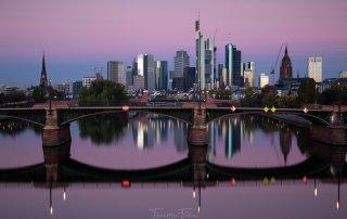 Frankfurter Skyline im herbstlichen Sonnenaufgang