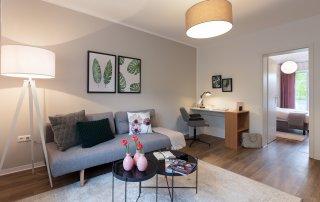 Möbliertes Wohnzimmer eines kleinen Apartments in Frankfurt am Main