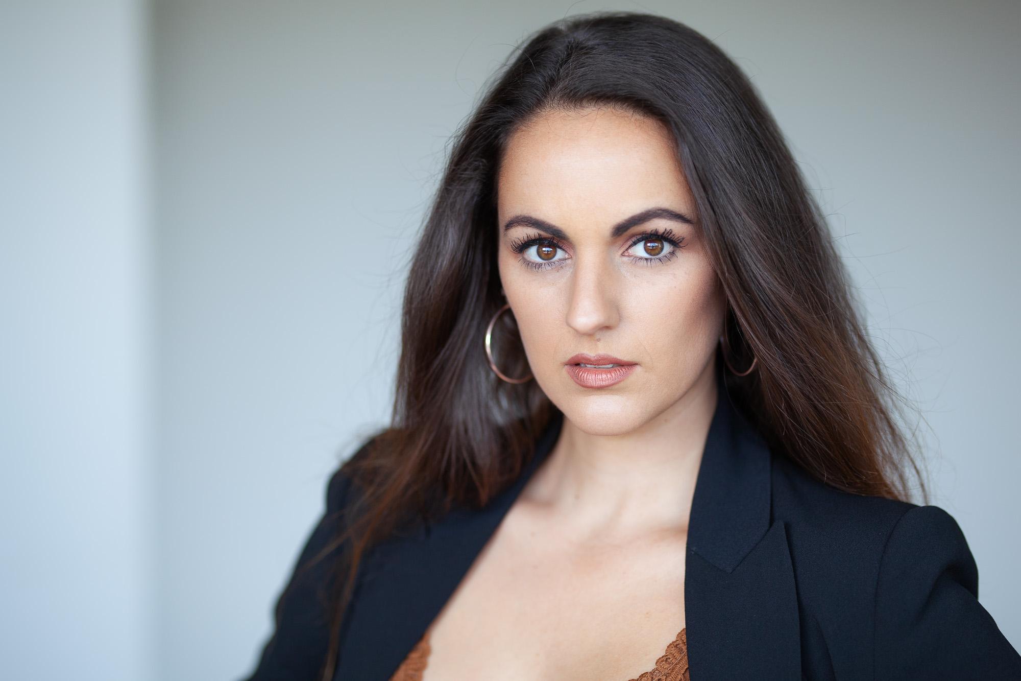 Elegantes weibliches Businessfoto mit natürlichem Licht aufgenommen