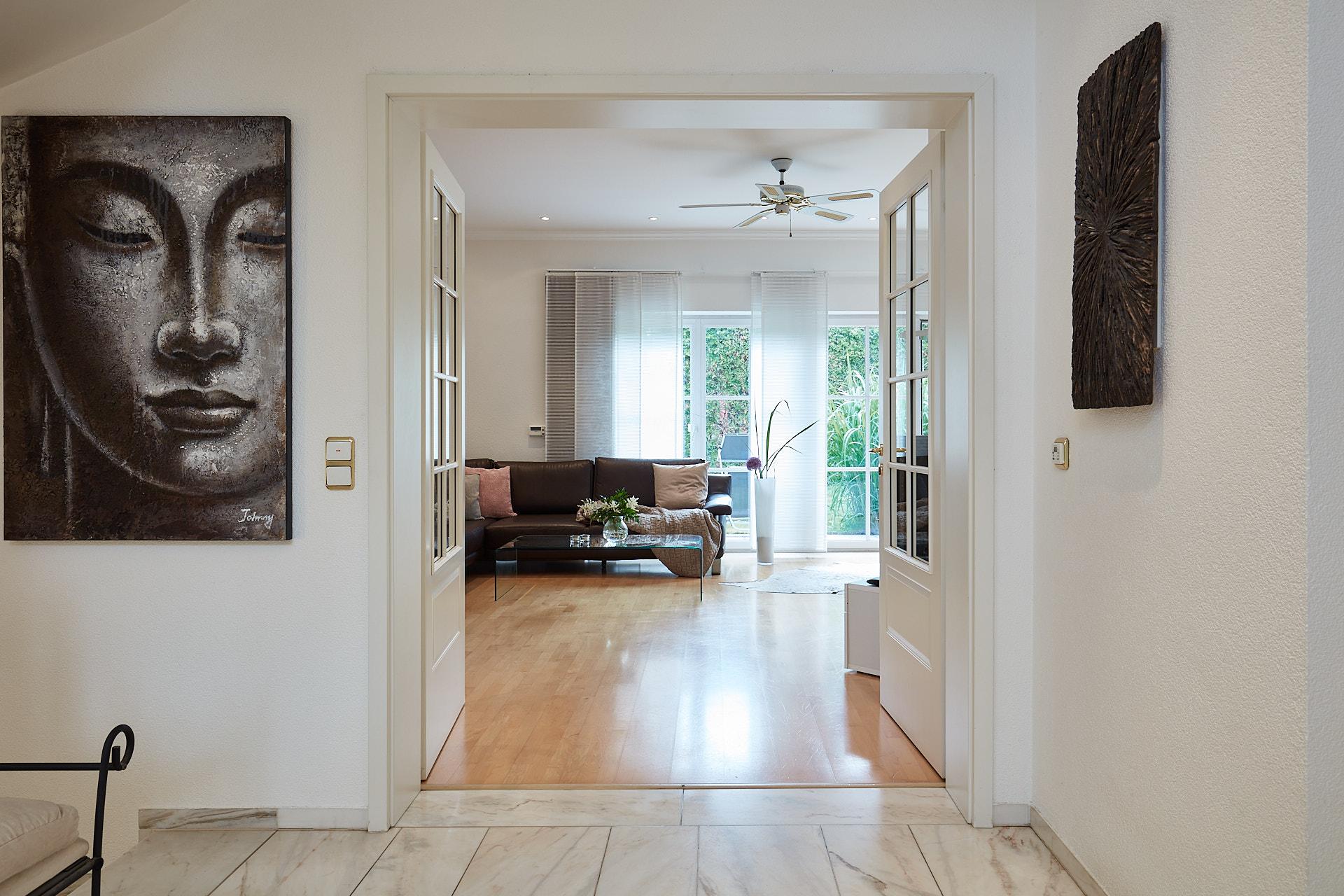 Großzügiger Eingangsbereich einer Villa mit Flügeltüren zum Wohnbereich.