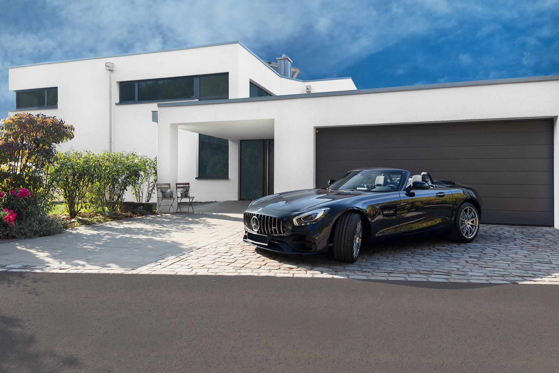 Frontansicht einer modernen Architekten Villa mit Doppelgarage