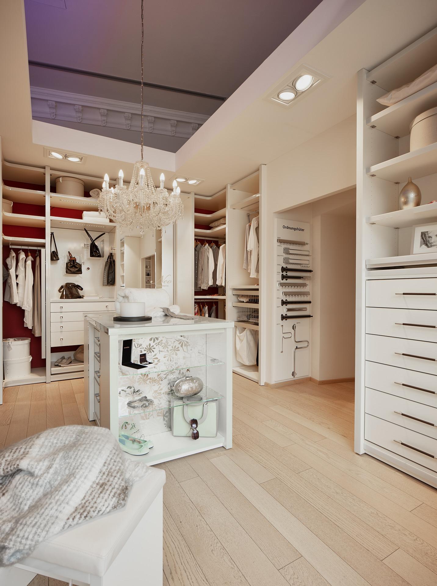 Maßgefertigter begehbarer Kleiderschrank mit deckenhohen Einbauten und Mittelblock.