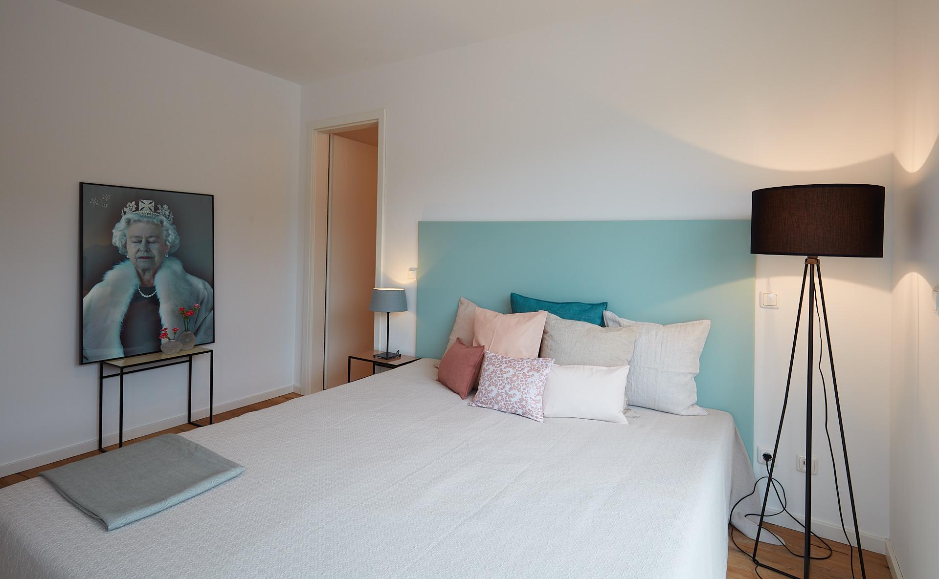 Schlafzimmer für Gäste mit angrenzendem Ankleidezimmer und Zugang zur Dachterrasse.