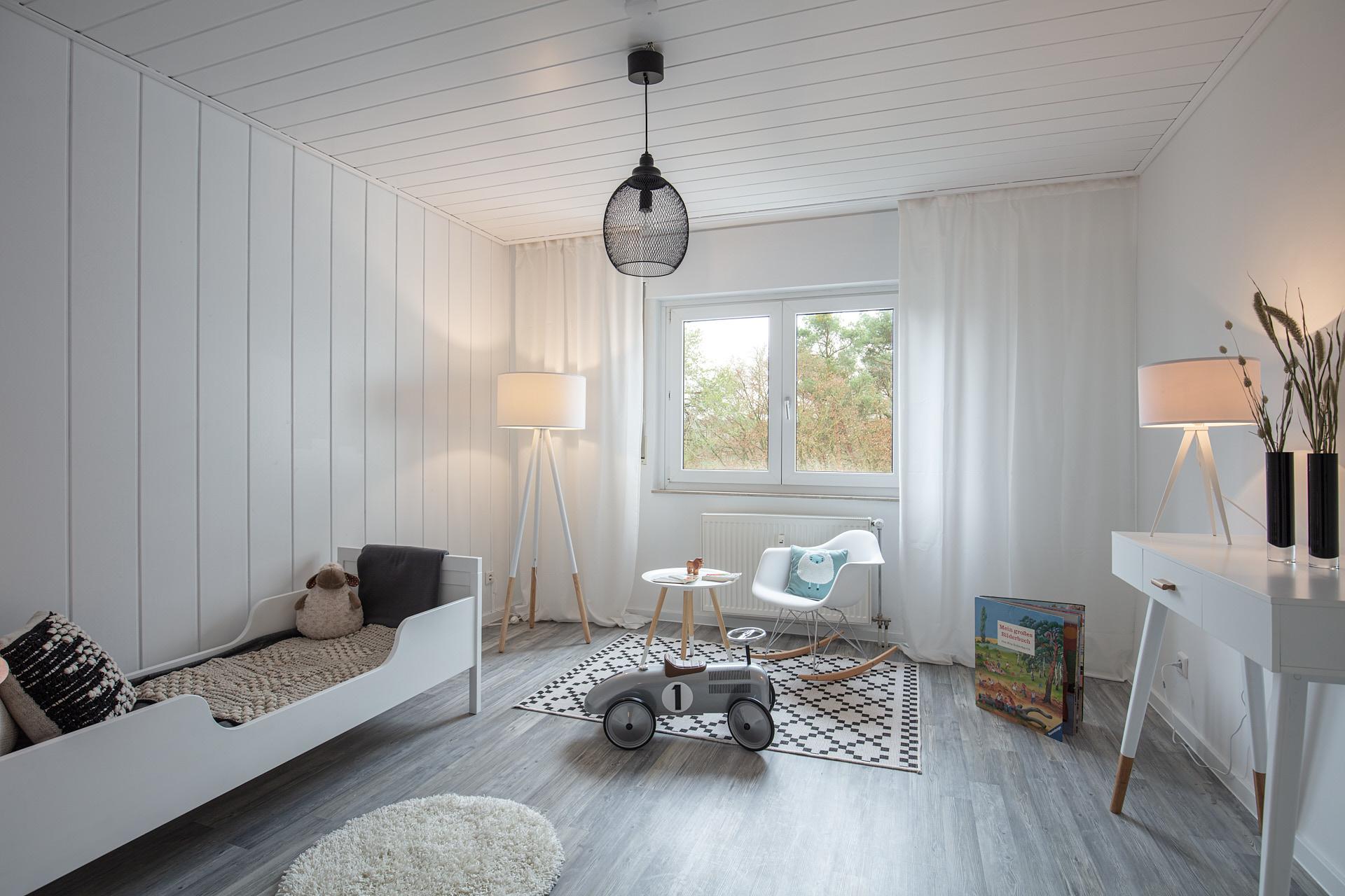 Stylisch eingerichtetes Kinderzimmer mit farblich aufeinander abgestimmten Möbeln.