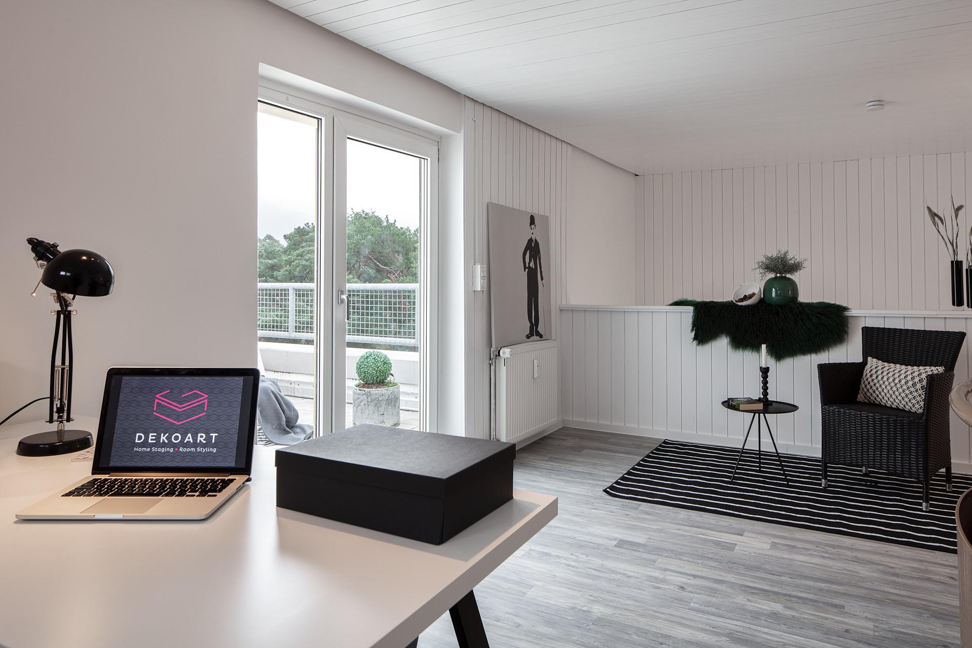 Arbeitszimmer einer Maisonette Wohnung mit angrenzendem Dachbalkon