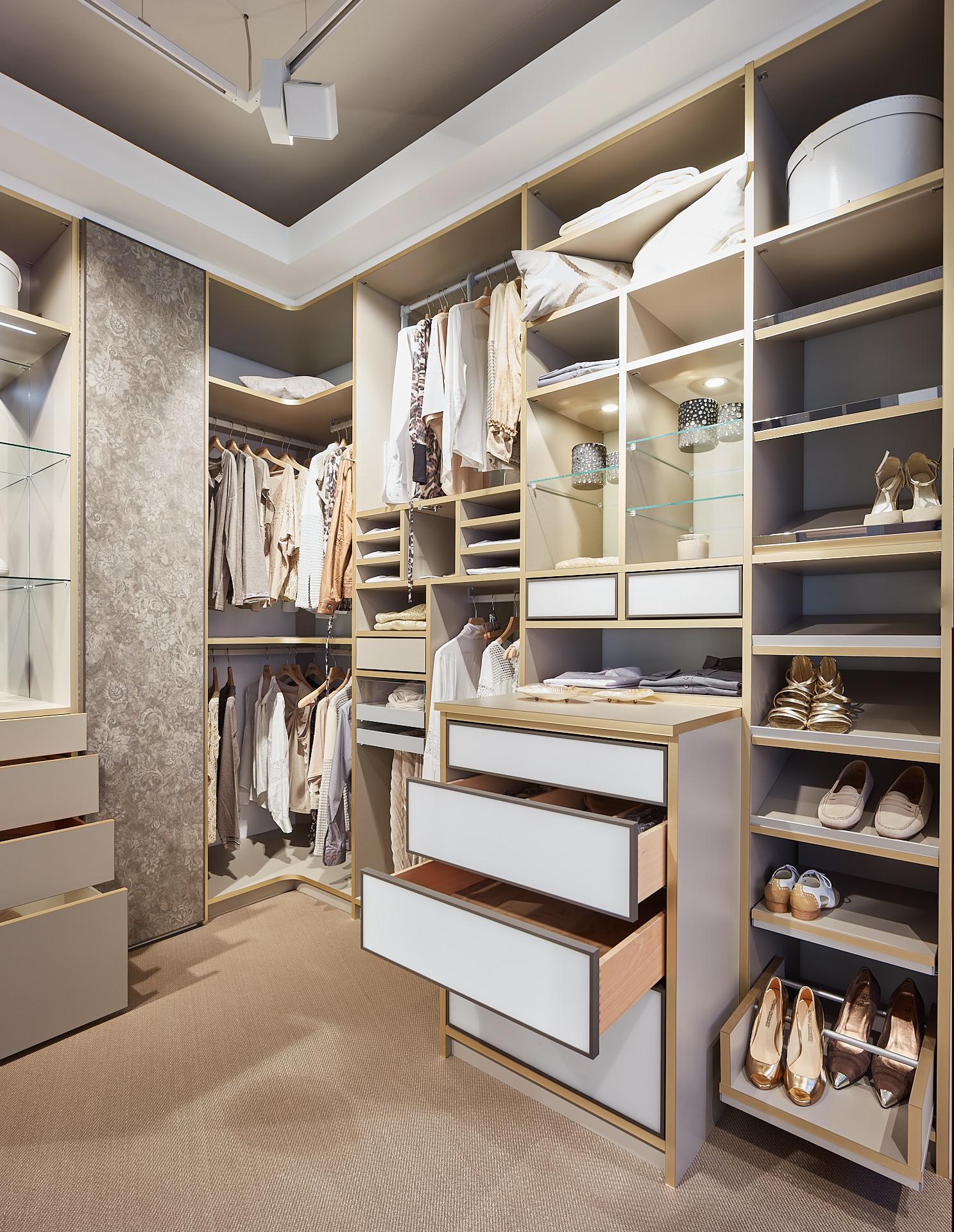 Kleiderschrank über Eck für begehbares Ankleidezimmer.