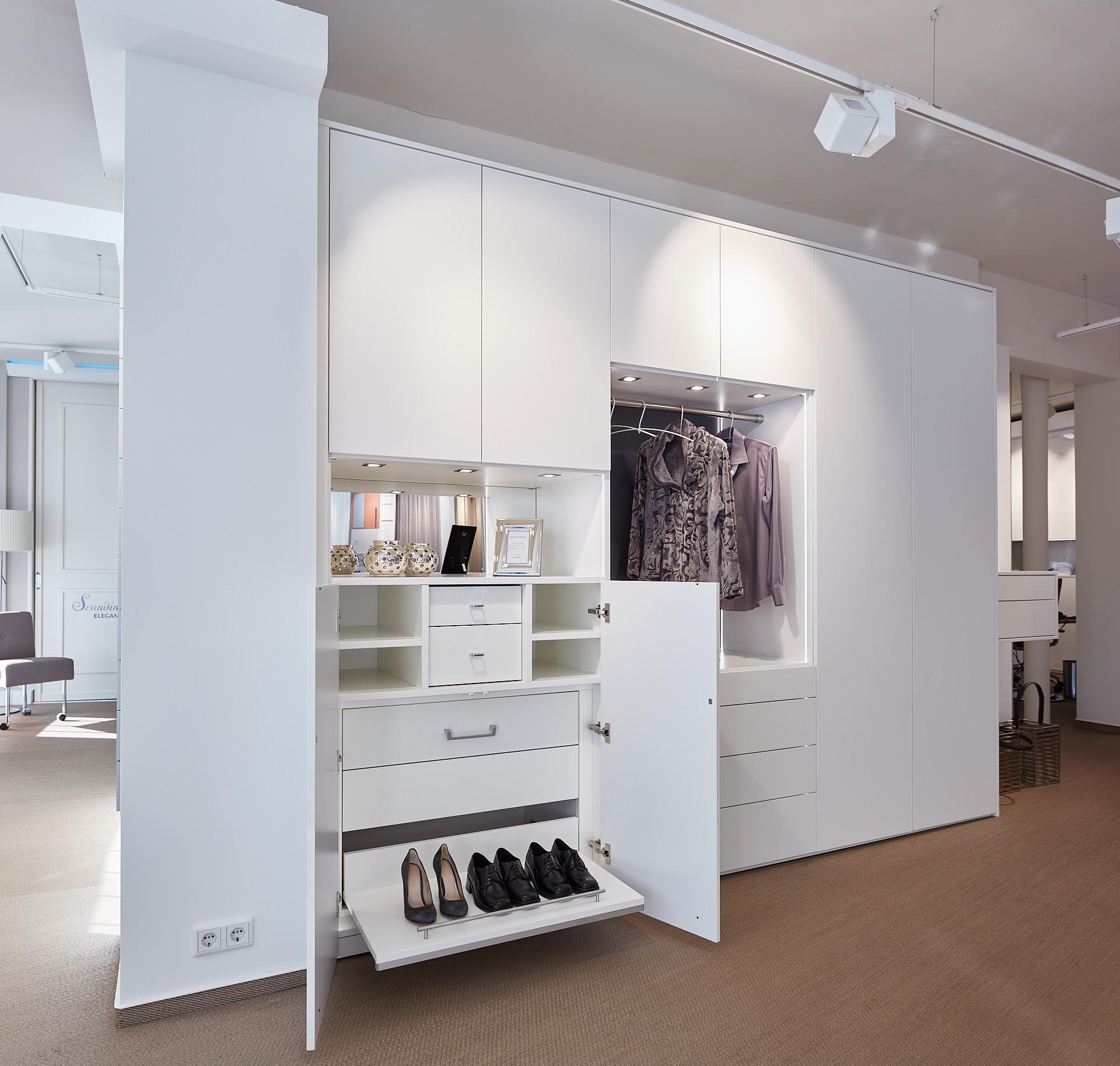 Maßgefertigter weißer Garderobenschrank mit viel Stauraum für Schuhe, Mäntel uns sonstige Utensilien.