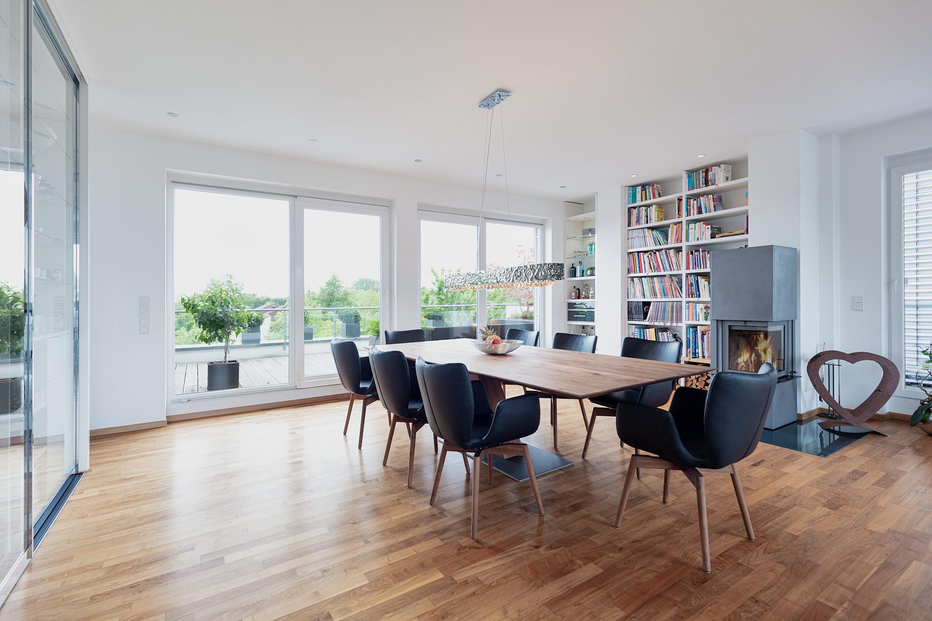 Großer Essbereich einer Penthouse Wohnung mit Kaminofen und Zugang zur großen Fachterrasse.