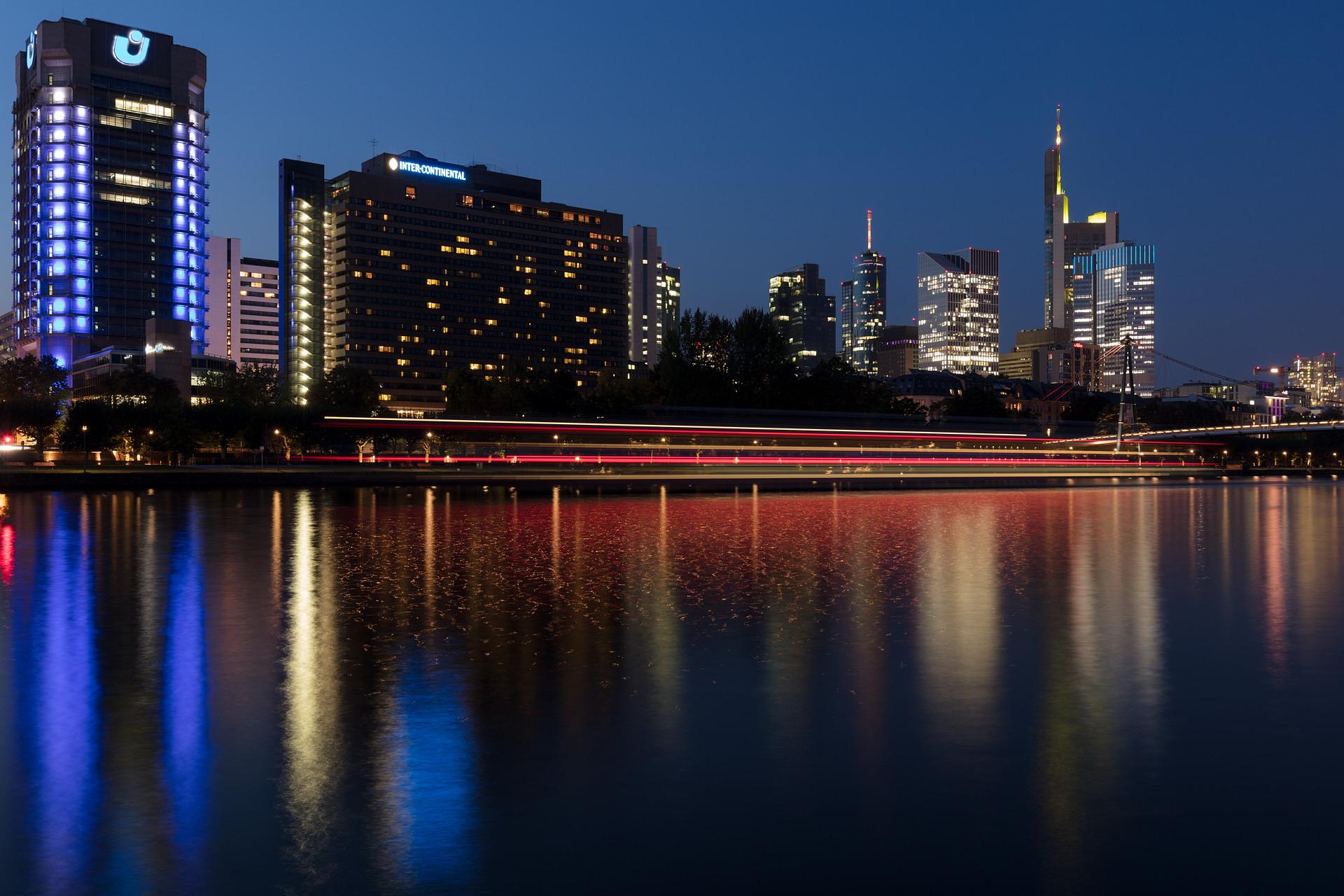 Nächtlicher Blick über den Main auf die Skyline von Frankfurt und den Holbeinsteg